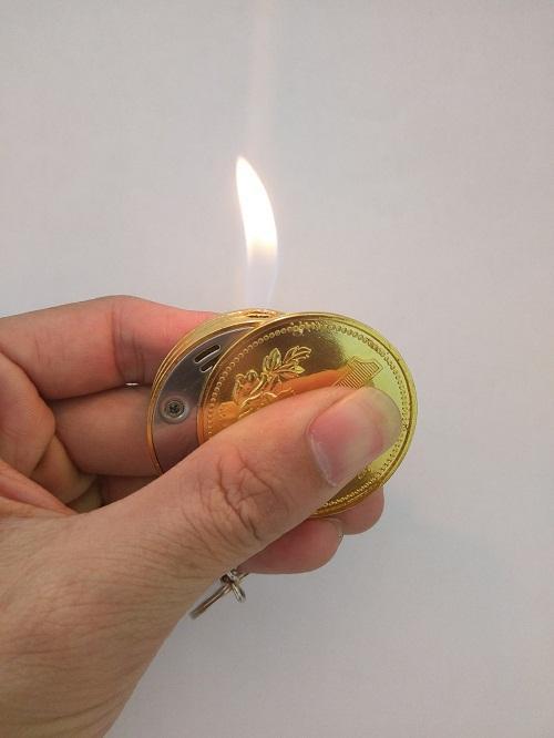 Hộp Quẹt Bật Lửa Gas Hình Đồng Tiền mạ vàng Kiêm Móc Khóa (vàng)