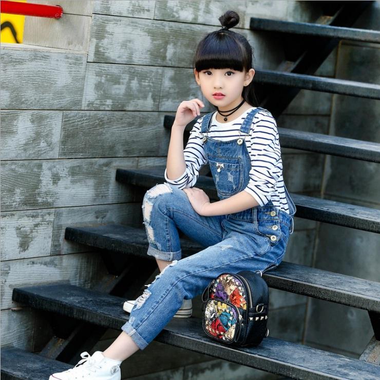 Hình ảnh Quần yếm jean rách bé gái