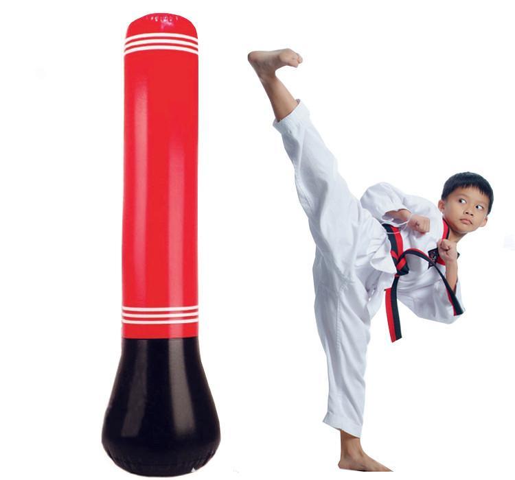 Hình ảnh Trụ tập đấm đá Boxing giúp trẻ em vận động tăng cường thể lực.