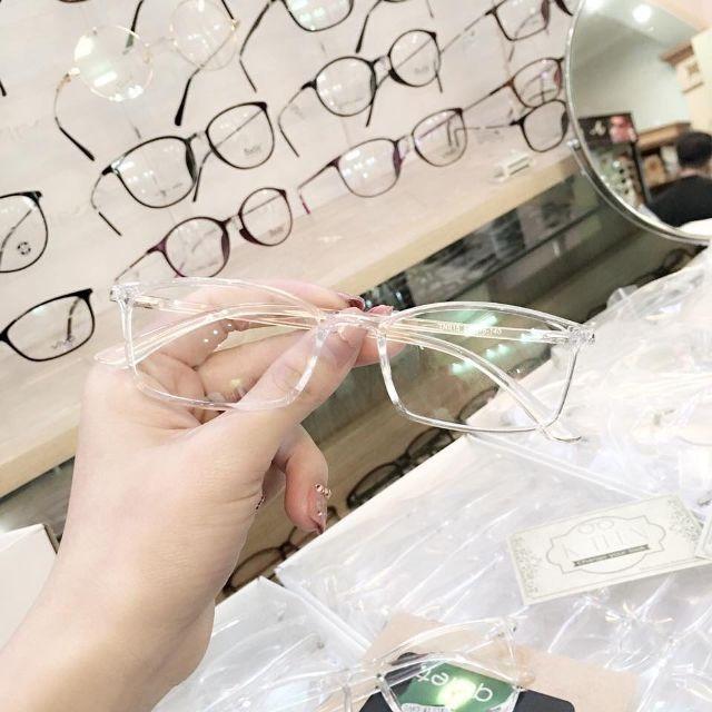 Hình ảnh Mắt kính gọng nhựa trong suốt kiểu dáng đẹp