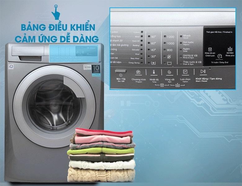 Với bảng điều khiển cảm ứng, máy giặt Electrolux EWF12844S sẽ giúp bạn chọn những chế độ, mức nước,…