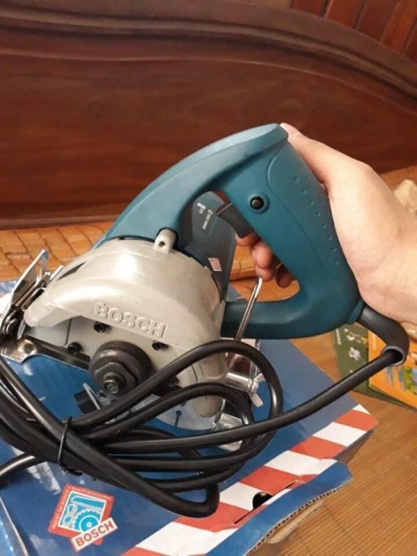 Máy cắt gạch Bosch bosch công nghệ Đức . Ruột máy được quấn dây đồng 100 %. Sử dụng điện 220~230v _50hz.5.45A Công xuất 1300min đĩa cắt 110. Công xuất máy 1200w