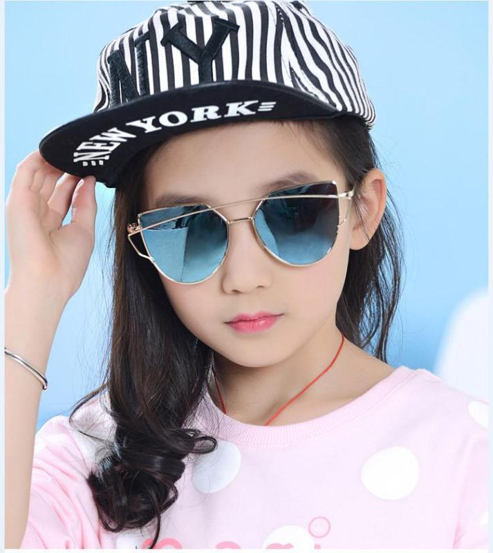 Giá bán Kính mát thời trang bé gái, bé trai siêu Hot của năm + Tặng hộp kính K143