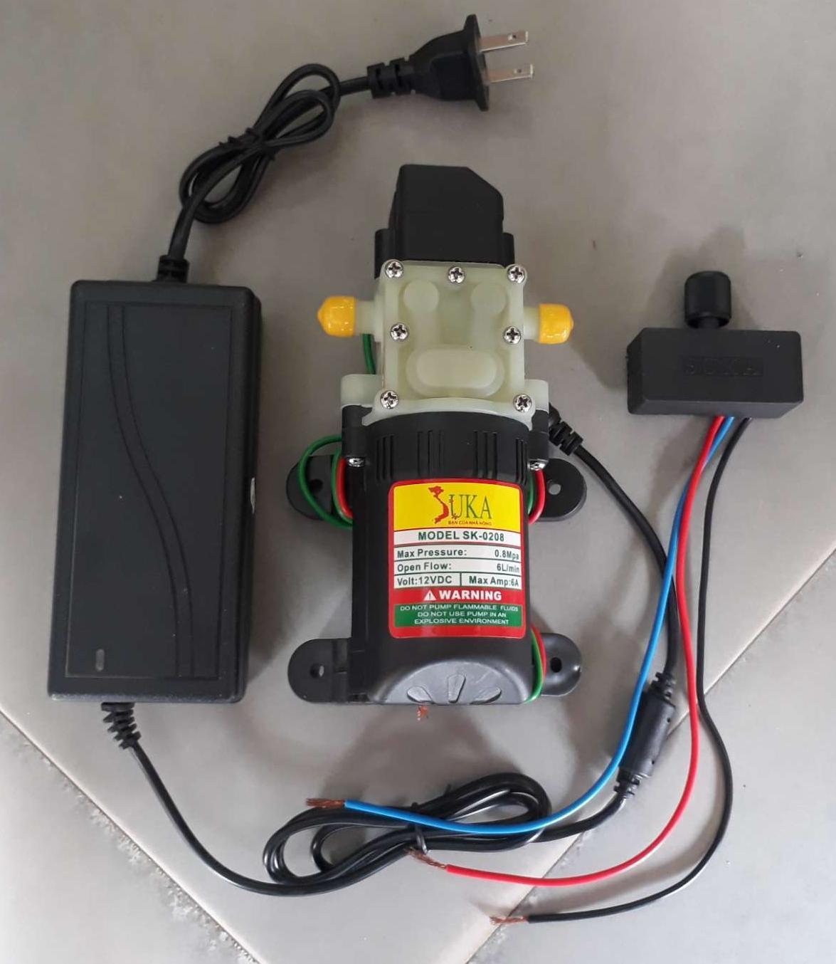 Hình ảnh máy bơm nước mini kèm bộ đổi nguồn - triết áp tăng giảm áp lực