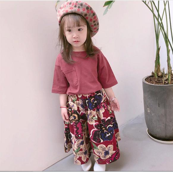 Bộ đồ trẻ em áo thun với quần vải màu chân rộng